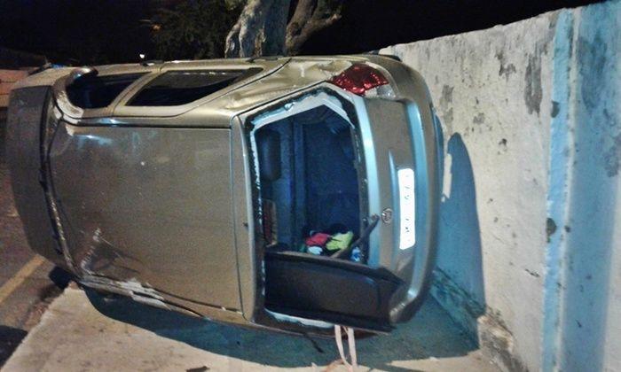Veículo atingido a tiros  (Crédito: Folha de Parnaíba)