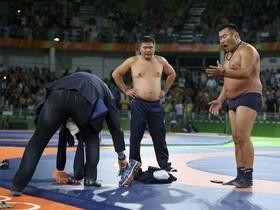 Irritados com árbitro,técnicos tiram a roupa em decisão na Rio-2016