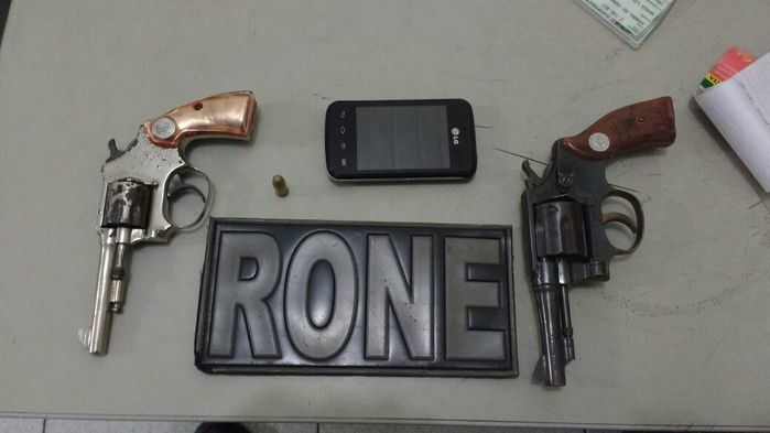 Armas encontradas com a dupla (Crédito: Divulgação)