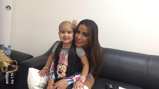 Anitta faz surpresa para fã com câncer durante show em Minas Gerais (Crédito: Reprodução)