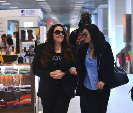 Ana Carolina e Letícia Lima andam de braços dados em aeroporto (Crédito: Reprodução)