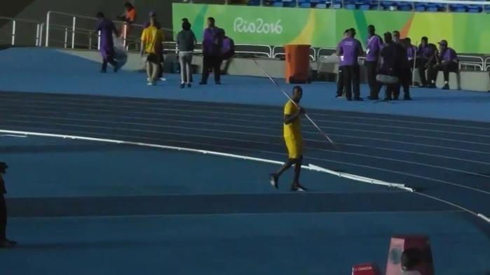 Jamaicano atingiu 56 m em arremesso, melhor que 12 marcas da modalidade no decatlo da Rio-2016 (Crédito: Reprodução)