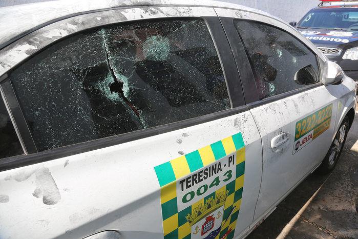Táxi de Pedro Manoel foi alvejado a tiros (Crédito: Efrem Ribeiro)