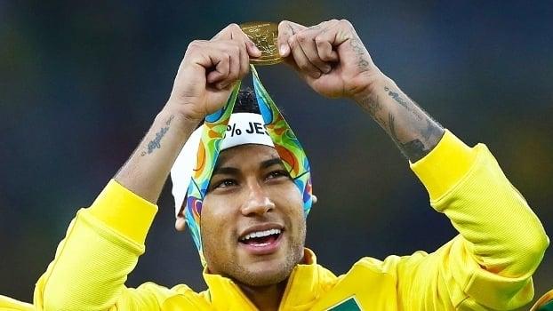 Neymar com a medalha de ouro conquistada no futebol, no último sábado (Crédito: Getty)