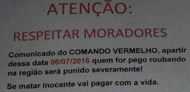 Cartazes foram espalhados com mensagesns proibindo roubos em favela do Rio (Crédito: Reprodução)