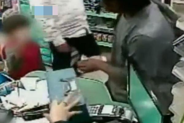 Criança devolve dinheiro para ladrão durante assalto (Crédito: Reprodução)