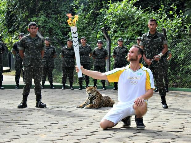 Juma foi exposta ao público, com correntes, na entrada de uma trilha (Crédito: Matheus Castro)