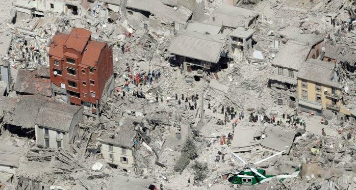 Imagem aérea mostra os edifícios danificados na parte histórica da cidade de Amatrice, região central da Itália (Crédito: Gregorio Borgio/AP)