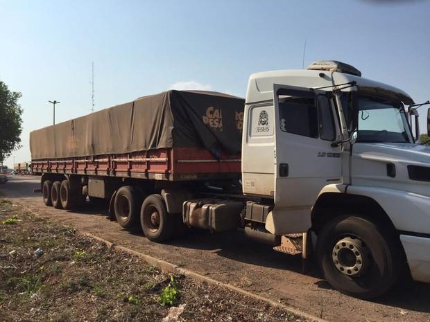 Motorista foi preso com 215 kg de maconha (Crédito: Divulgação/ Polícia)