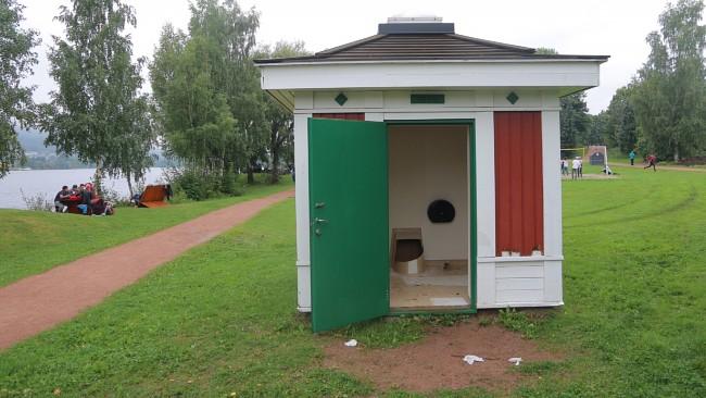 O banheiro público onde aconteceu o incidente