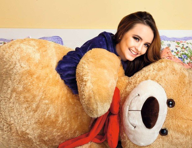 Atriz mostra o urso que ganhou do namorado João Guilherme