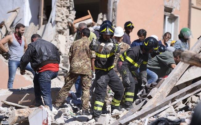 Resgate nos escombros (Crédito: Estadão)