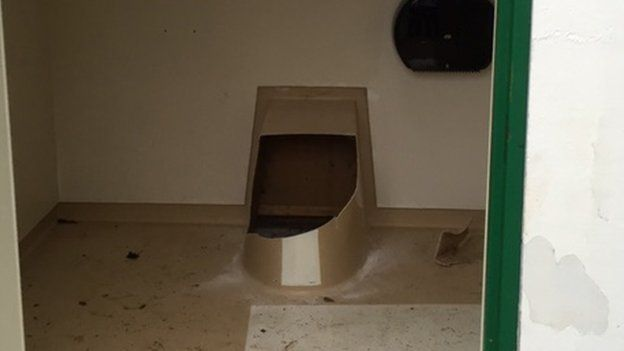 Vaso sanitário teve que ser quebrado