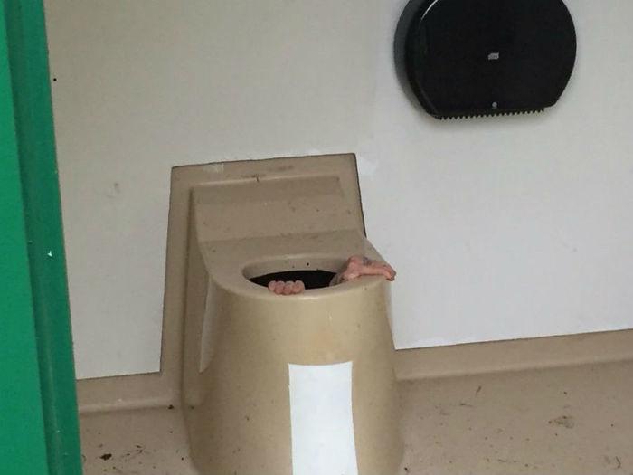 Jovem ficou entalado em vaso sanitário