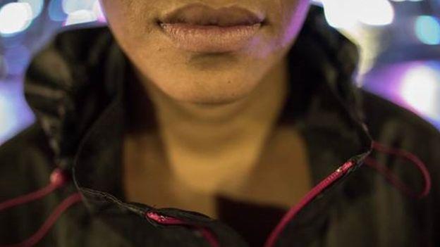 'Sinto culpa e angústia. Não quero que as famílias dos que mato se vinguem de mim', diz María* (Crédito: BBC)