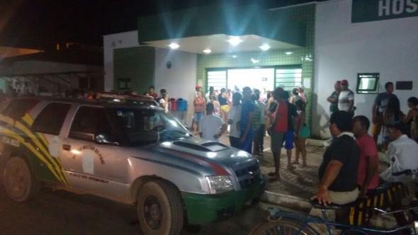 Aglomeração de populares em frente ao hospital de Esperantina (Crédito: RevistaAZ)