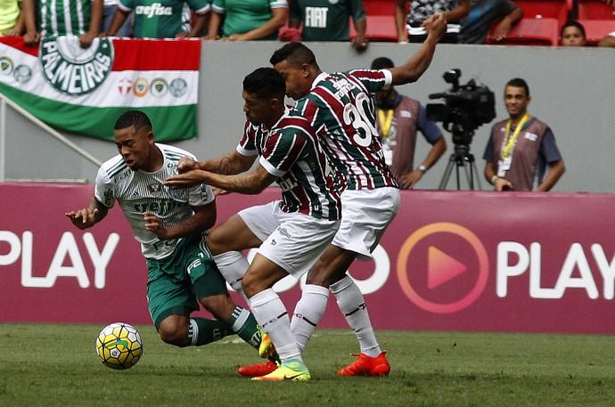 Gabriel Jesus disputada jogada com Cicero e Douglas (Crédito: Fluminense FC)