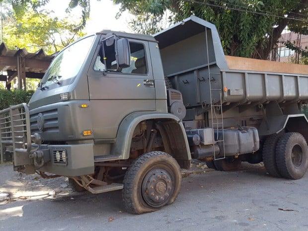 Dois militares estavam no veículo detido na região (Crédito: Reprodução)