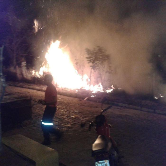 Populares ajudaram a conter as chamas (Crédito: Reprodução)