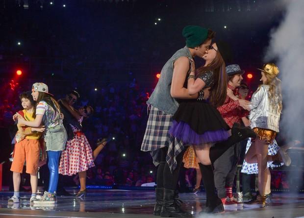 Larissa Manoela e João Guilherme se beijam durante show em SP