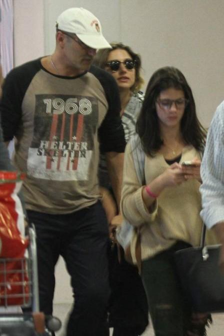 Após mochilão na Europa, Sasha é recebida pelo pai em aeroporto (Crédito: Reprodução)