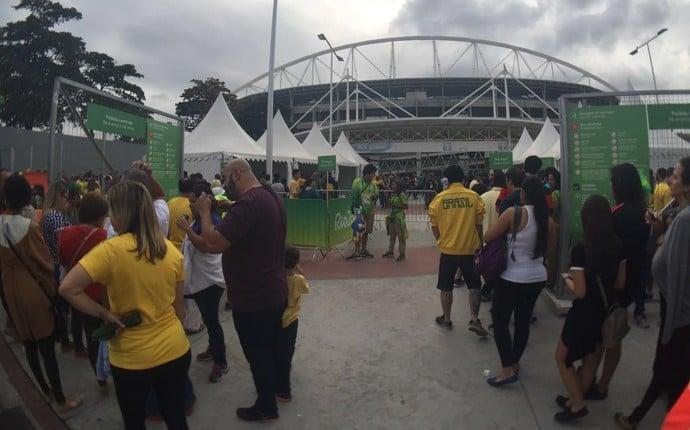 Entrada para Brasil x China já está normalizada no portão do setor Leste  (Crédito: Globoesporte.com)