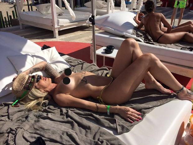 Luanda Fraga faz topless em Ibiza e mostra corpo em forma (Crédito: Reprodução)