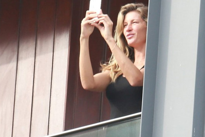 Sem maquiagem, Gisele Bündchen aparece em sacada de hotel