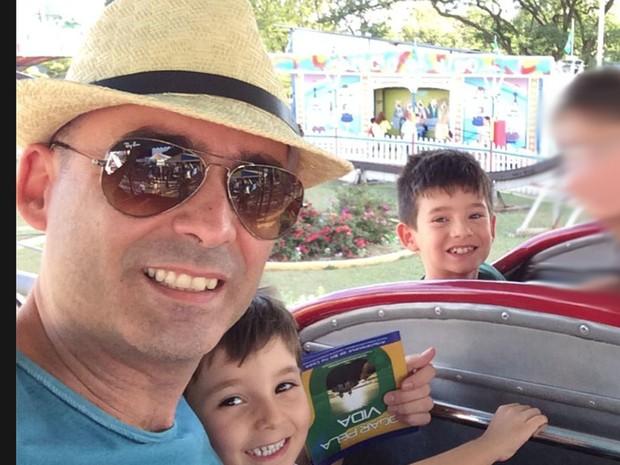 O corpo de Nabor Oliveira e dos dois filhos foi encontrado na área da piscina do prédio. Eles teriam caído do apartamento do 18º andar