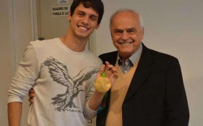 Rodrigo posa com a medalha de ouro olímpica  (Crédito: Lance)