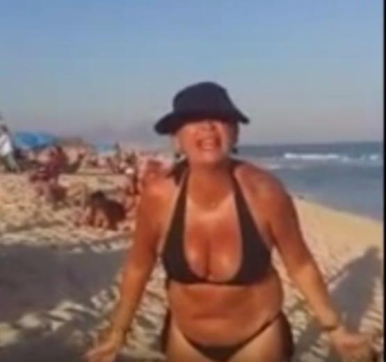 Mulher faz ofensas racistas em praia do Rio