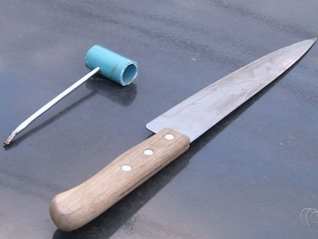 Menor utilizou faca para atingir mulher  (Crédito: Reprodução)