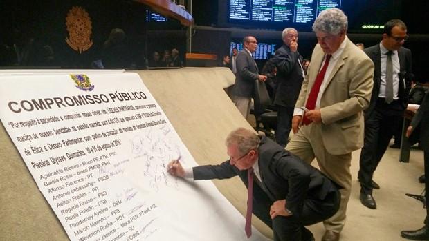 Deputados assinam cartaz fixado no plenário da Câmara (Crédito: G1)