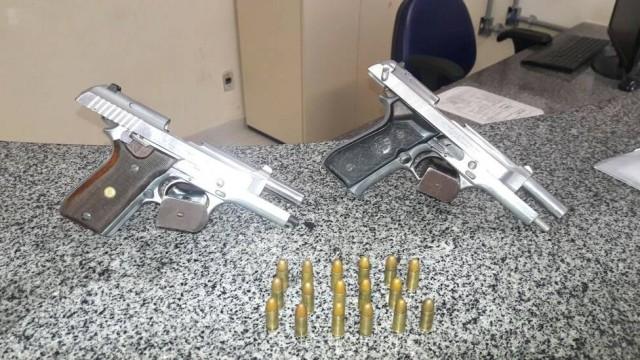 Casal de adolescentes é apreendido com armas na Rocinha  (Crédito: Reprodução)