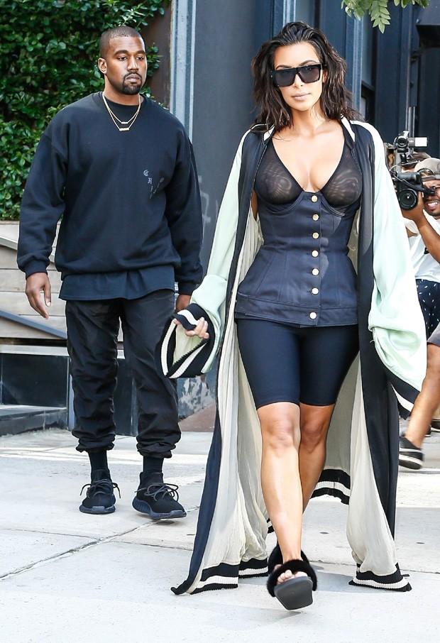 Kim Kardashian foi fotografada ao lado de Kanye West  (Crédito: AKM-GSI)