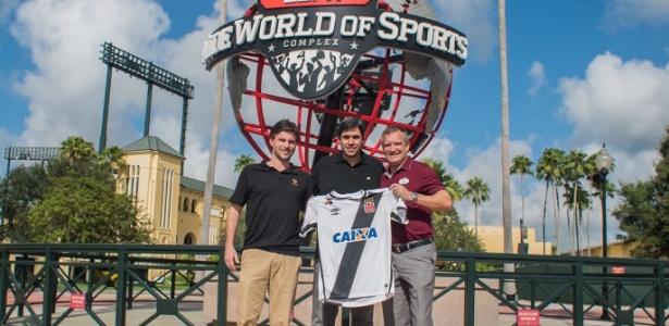 Euriquinho, filho de Eurico, com a camisa do Vasco ao lado de dirigentes do Florida Cup (Crédito: Reprodução)