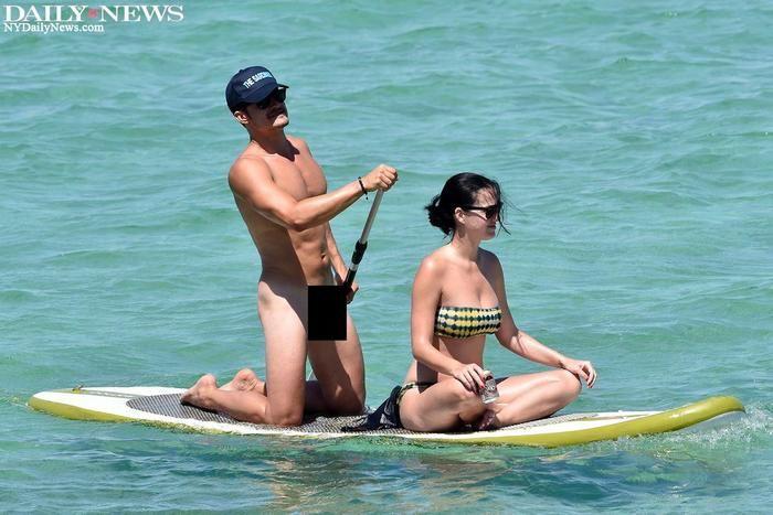 Orlando Bloom curte praia pelado ao lado de Katy Perry (Crédito: Reprodução)