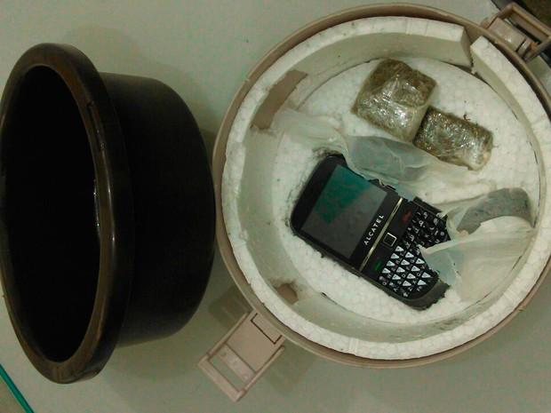 Mulher é presa ao levar droga em marmita para marido em delegacia (Crédito: Reprodução)