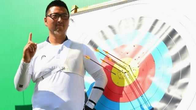 Kim Woo-Jin posa após fazer história no tiro com arco nos Jogos do Rio (Crédito: Getty)