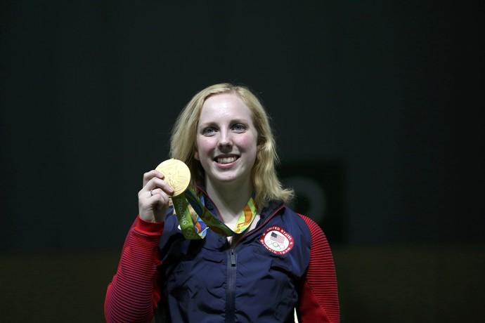 Virginia Thrasher mostra medalha de ouro