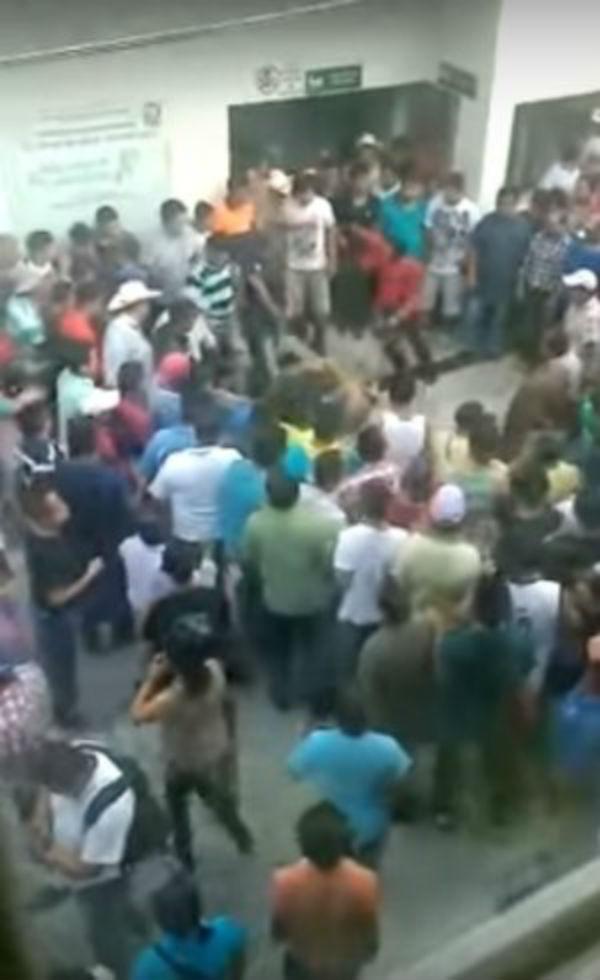 Multidão invadiu hospital e puxou homem para rua
