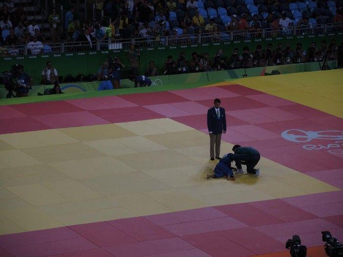 Sarah Menezes ficou no chão após a luta (Crédito: Reprodução)
