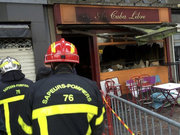 Bombeiros em frente ao bar Au Cuba Libre, onde 13 pessoas morreram e seis ficaram feridas após incêndio