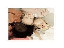 Gêmeas albinas e irmã negra viram modelos e impressionam por beleza