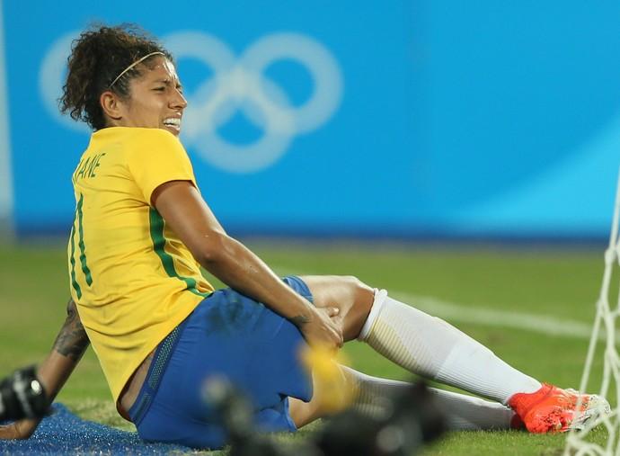 Atleta sentou após sentir dores (Crédito: Reprodução)