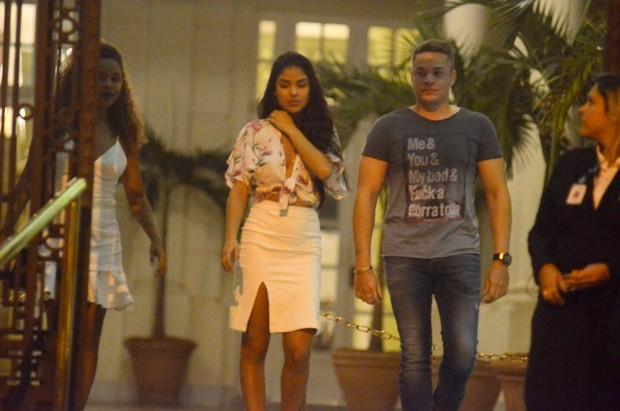 Munik sai acompanhada de Anderson Felício em restaurante no Rio (Crédito: Reprodução)