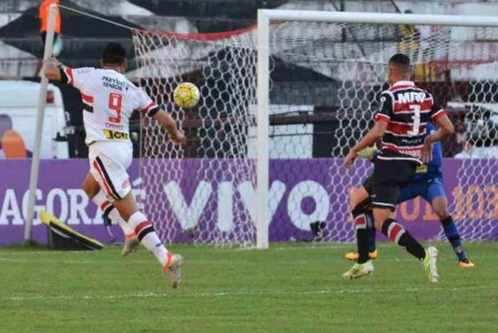 Chavez teve três chances de gol e marcou duas vezes na capital pernambucana