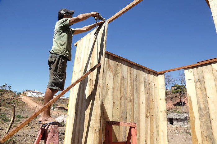 Pedreiro e marceneiro Francisco de Sales Vieira constrói casa de pinho em terreno invadido no Vale do Gavião