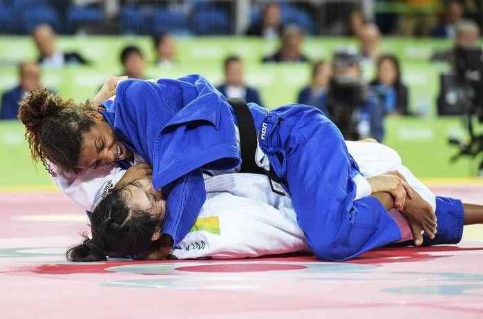 A judoca brasileira Rafaela Silva conquista a medalha de ouro no judô após vencer Sumiya Dorjsuren da Mongólia na categoria até 57K (Crédito: Reuters)