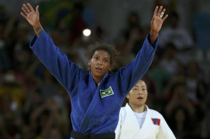 A judoca brasileira Rafaela Silva conquista a medalha de ouro no judô após vencer Sumiya Dorjsuren da Mongólia na categoria até 57Kg (Crédito: Reuters)